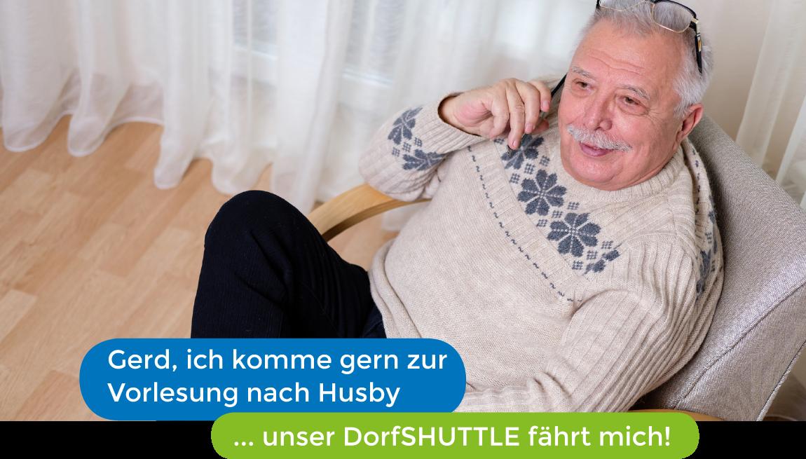 Älterer Herr bestätigt Termin der Vorlesung – das Dorfshuttle fährt ihn hin