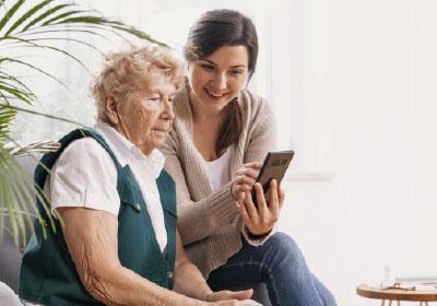 Ältere Dame bekommt das Dorfshuttle erklärt-
